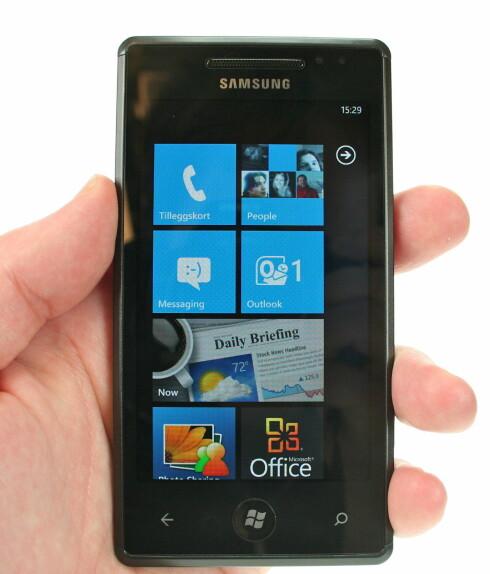 HJEM, KJÆRE HJEM: Det gjenstår å se hvor mye scrolling en må gjøre hvis hjem-skjermen på Windows Phone 7 blir for full av firkanter. Foreløpig fungerer det fint. Foto: Øivind Idsø