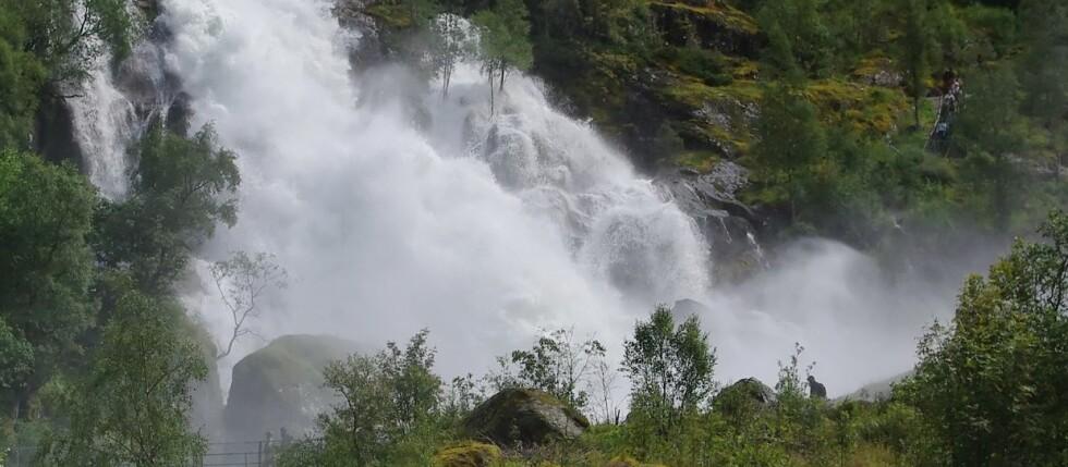 NÅ FYLLES MAGASINENE: Mye nedbør og flom fyller vannmagasinene, men så langt er strømmen ikke blitt nevneverdig billigere. Foto: Colourbox.com
