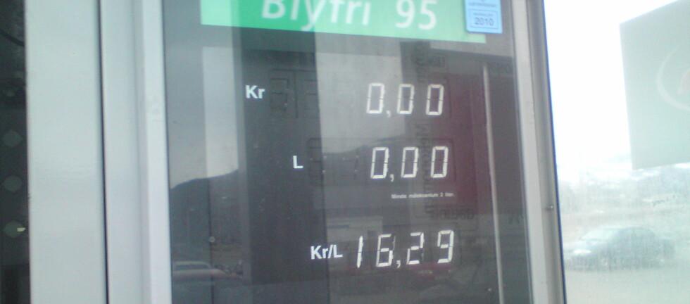 DYRT I NORD: Bensinpris over 16 kroner er ikke hverdagskost, men det kan bli det. Foto: Privat