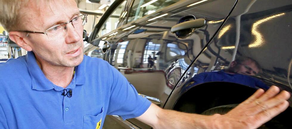RUST? Biltester Jarl Asbjørn Tyldum ved NAF forteller deg hvor du bør sjekke bilen for rust, og hvordan du kan avsløre omlakkeringer. Foto: Per Ervland