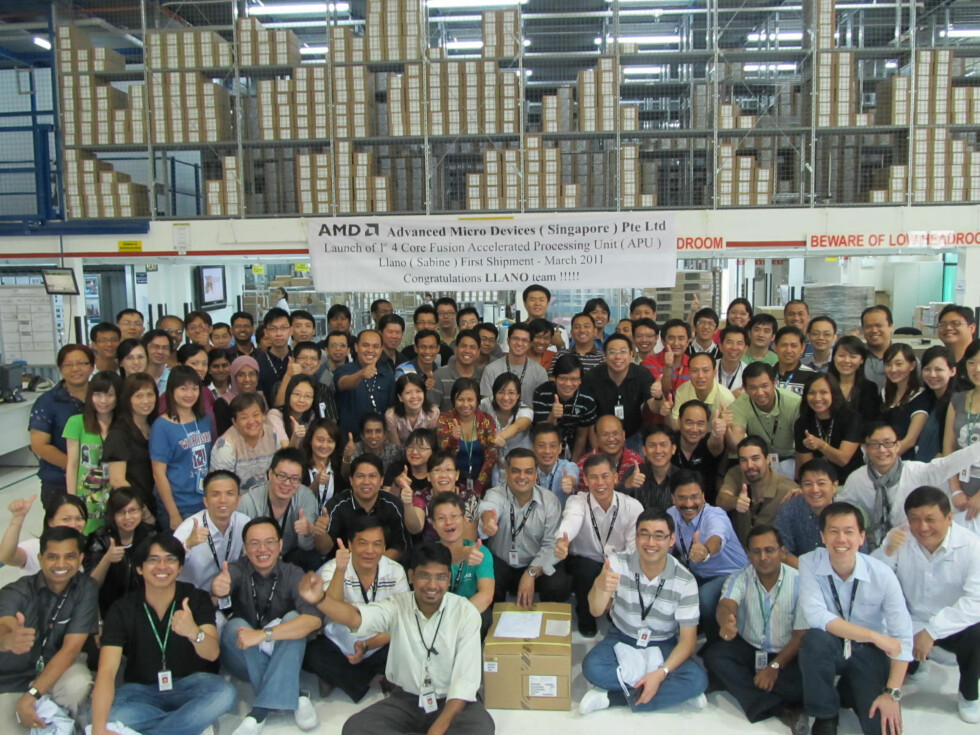 Team hos AMD Singapore feirer at Llamo-prosessoren er på vei ut til PC-produsentene.  Foto: AMD