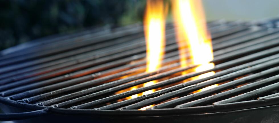 TENK SIKKERHET: Grillingen kan fort snu fra glede til sorg, hvis du ikke tar enkle forholdsregler. Foto: Colourbox.com