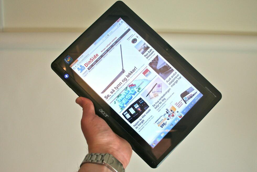 TUNG OG TREG: Acer Iconia Tab W500 veier nesten et kilo, og tar over et minutt å starte. For et nettbrett er ikke det pene tall. Foto: Øivind Idsø