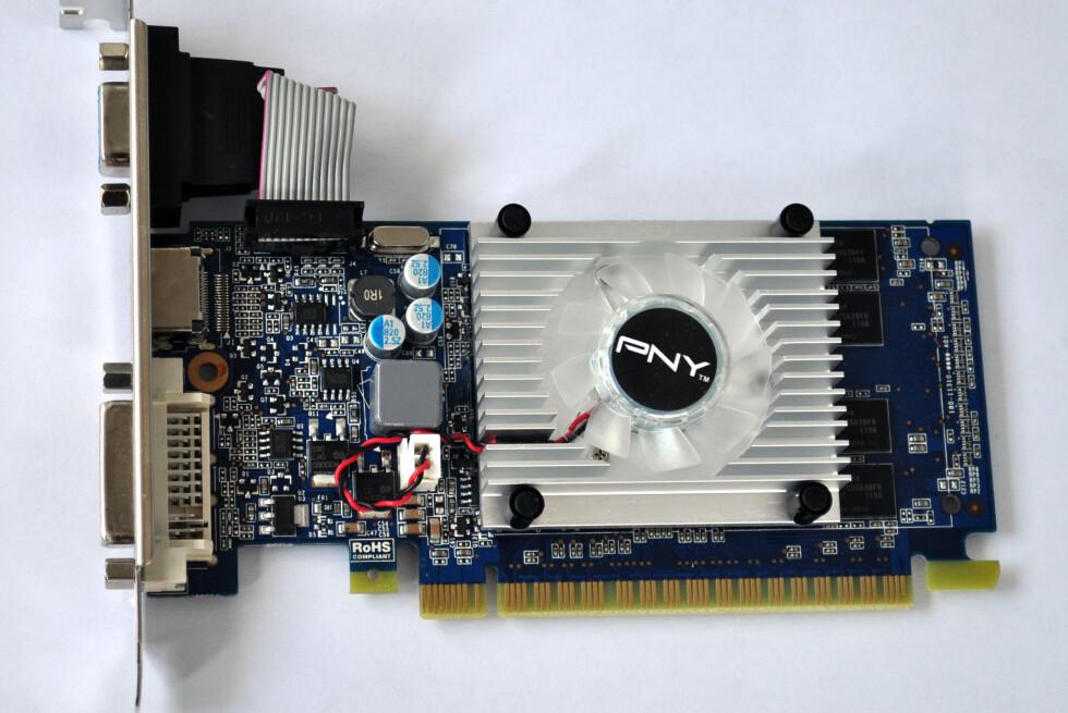 PNY Geforce GT 520 byr på mer enn god ytelse for vår to-skjerms-løsning, men noe spillkort er det ikke. Kortet har en liten kjøleribbe, og en høyfrekvent vifte som gjør at PC-en vår er blitt langt mer hørbar enn tidligere. Foto: Bjørn Eirik Loftås
