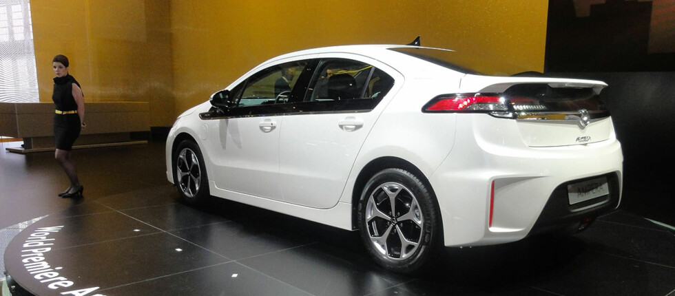 Opel Ampera (her på bilutstillingen i Genève i mars i år), har vunnet en halv seier i og med at den blir definert som hybrid og ikke som vanlig bensinbil. Men det er et slag som er vunnet, ikke krigen. Opel ønsker at de miljømessig gunstige nyvinningene også skal belønnes avgiftsmessig. Foto: Knut Moberg