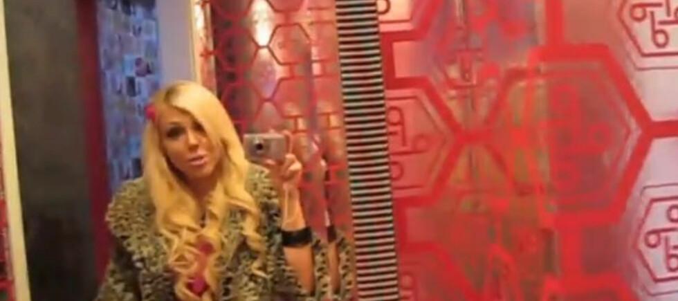 En rosablogger i sitt rette element; Barbieland. Foto: YouTube