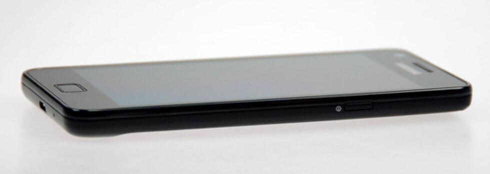 Til tross for at Galaxy S II bare veier 116 gram er den proppfull av teknologi. Foto: Pål Joakim Olsen