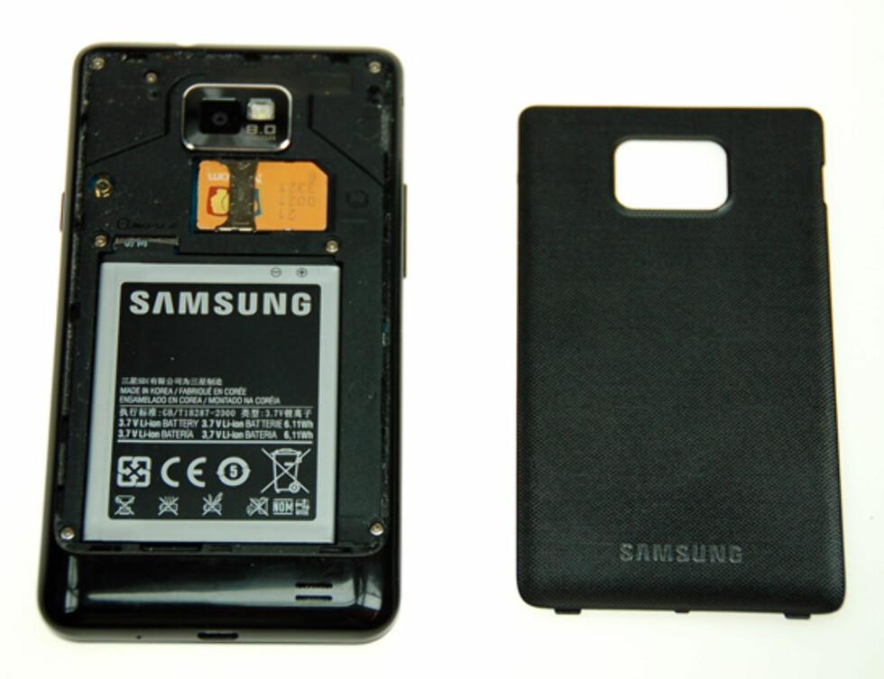 Slik ser Galaxy S II ut innvendig - merk at minnekortet blokkeres av batteriet slik at det ikke kan tas ut uten at telefonen slås av. Foto: Pål Joakim Olsen