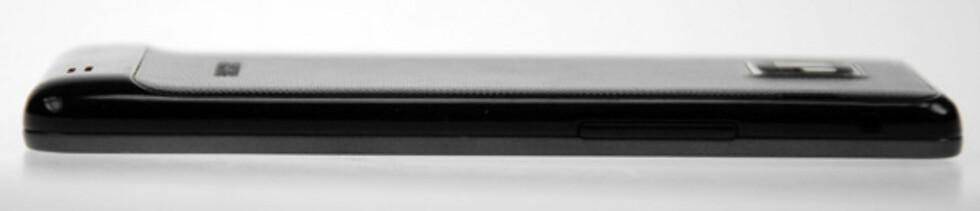 Galaxy S II er bare 8,49mm tykk. Foto: Pål Joakim Olsen