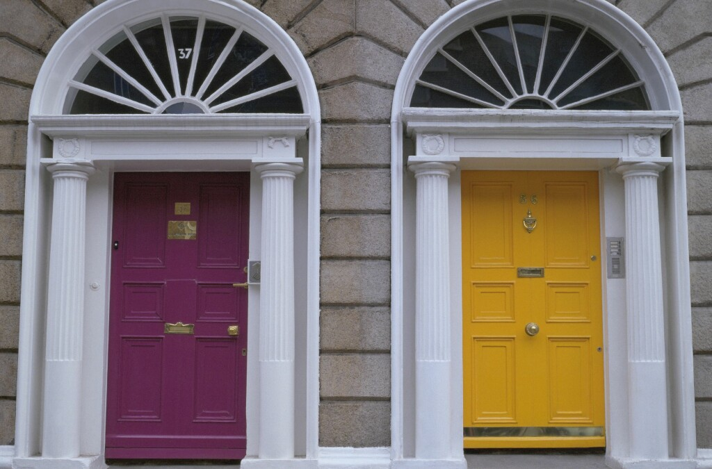 I andre land er de langt flinkere til å bruke farger på døren. Her fra Dublin i Irland.  Foto: Ifi.no