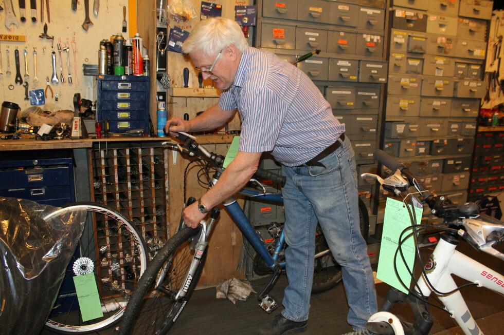 Bjørn Melgård får inn 30-35 sykler hver dag til blant annet vårsjekk. Foto: Marte Dalsegg
