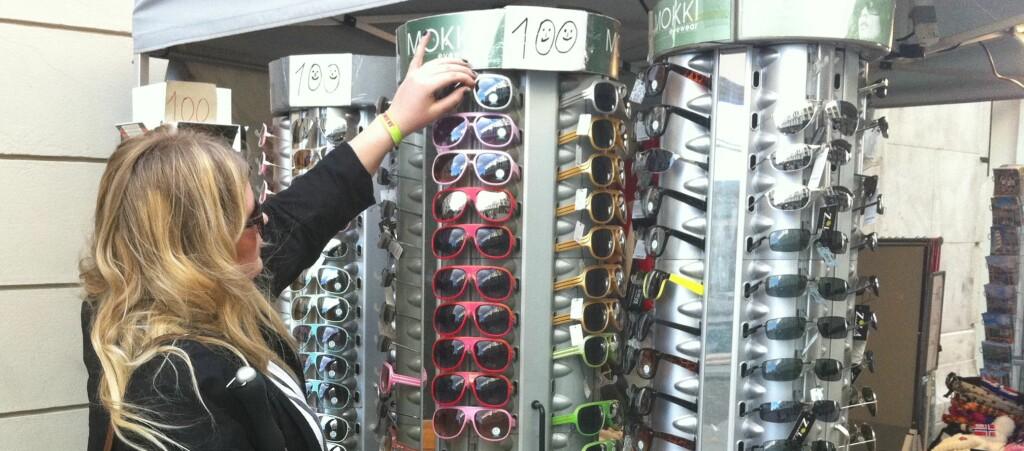 Solbriller kjøper mange på impuls, men dyrere merkevarer kan du spare på om du sjekker prisene på nett. Foto: Helene Vågsvoll