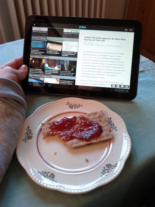 KROPP OG HODE: Xoom-en har blitt fast inventar på frokostbordet.  Foto: Ole Petter Baugerød Stokke
