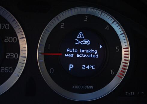 STOPP: Slik ser det ut på displayet på Volvo S60 når det automatiske varslingssystemet for fotgjengere griper inn. Foto: Knut Moberg