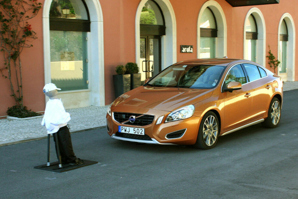 BRÅSTOPP: Volvos automatiske bremsesystem for fotgjengere har sin pris, men kan være en livredder når uhellet først er ute. Nå viser en amerikansk rapport at det kan være mye å hente på å overføre deler av vei-overblikket bort fra føreren og over til bilen. Foto: Knut Moberg
