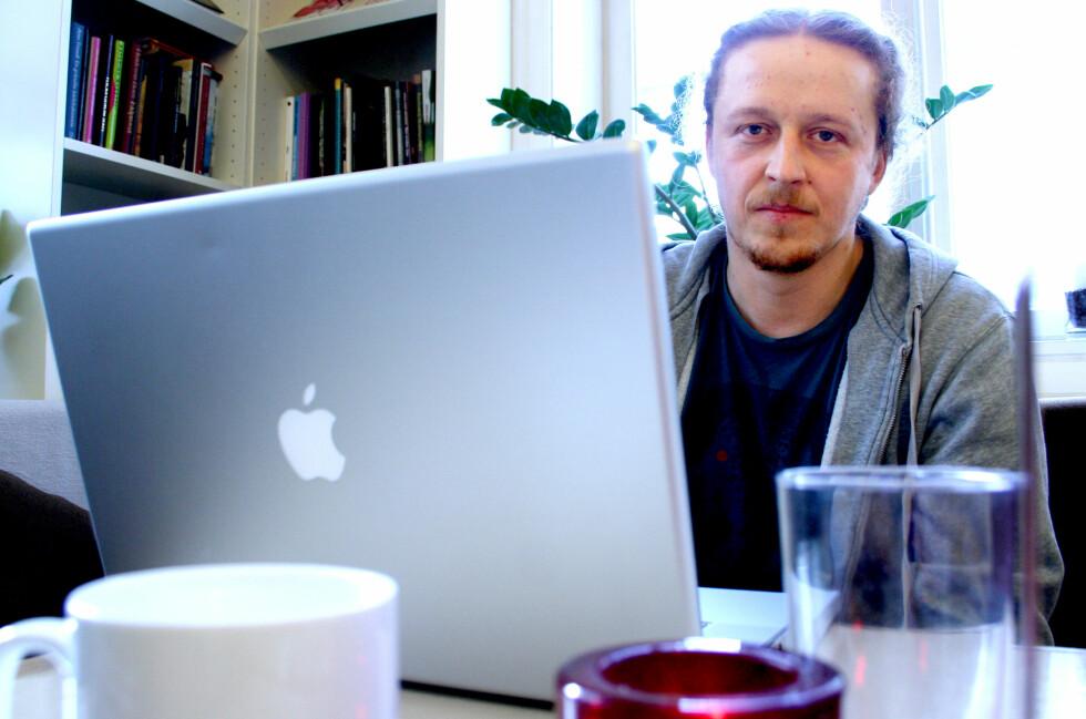 OPPGITT: Truls Pedersen har fått ny Macbook, men den måtte han kjøpe selv. Og ikke den heller fungerer som den skal. Apple vil fortsatt ikke ta i saken hans.  Foto: Ole Petter Baugerød Stokke