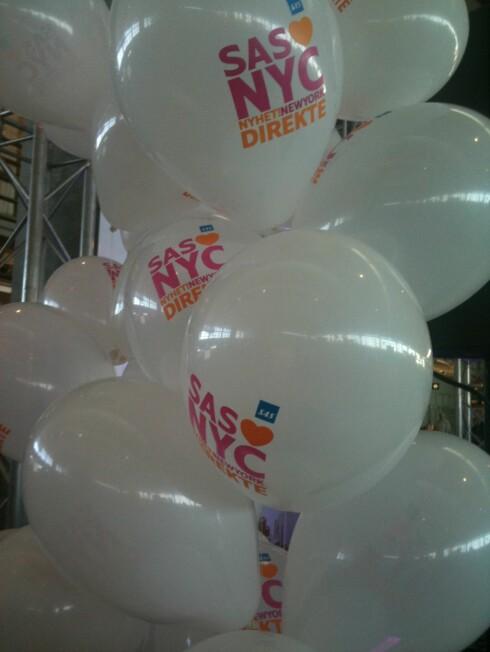 Åpningen ble feiret med ballonger, NY-hits og epler til alle reisende. Foto: Silje Ulveseth