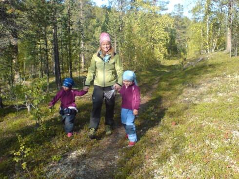 Familien Hellstrøm storkoste seg i Karasjok, og var særlig fornøyde med mulighetene for friluftsliv. Her Anne og døtrene Ada Mathea (t.v.) og Hedvig (t.h.)  Foto: Privat