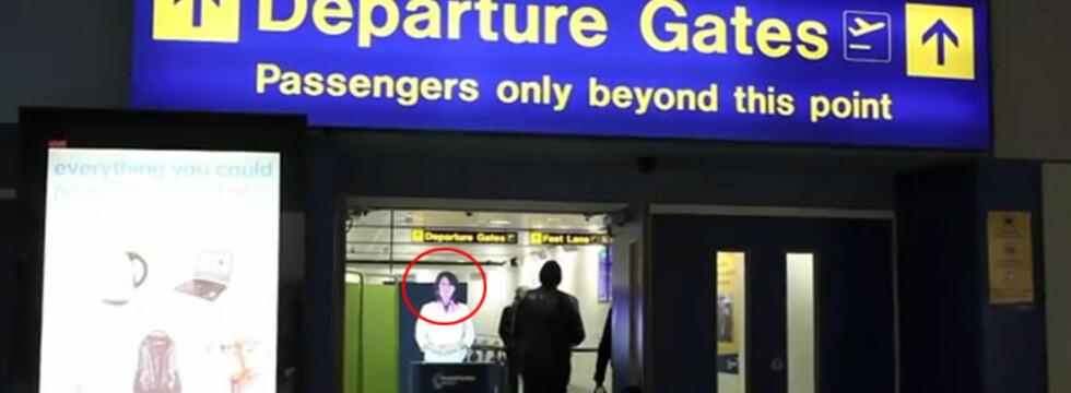 """Her ser du """"Julie"""" som jobber ved Manchester Airport. Hun er en todimensjonal figur som ber flypassasjerene forberede seg før sikkerhetskontrollen.   Foto: YouTube"""