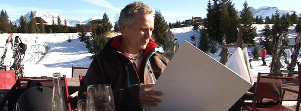 Skiekspert Lars Bull sjekker ut vinmenyen til det franske skistedet.