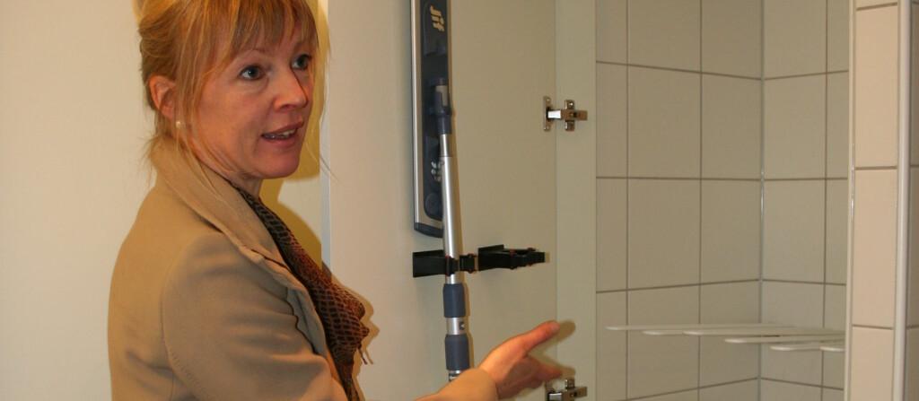 <strong>INNEKLIMAGREP:</strong> Elin Hoff Johansen i Veidekke viser frem leilighetenes tørkenisjer. Foto: Berit B. Njarga