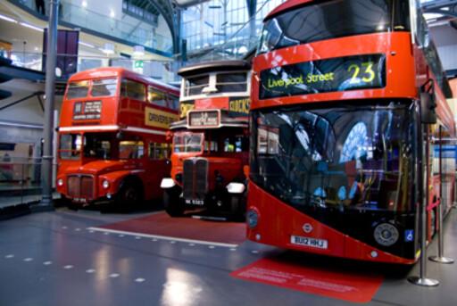 Her ser du tre versjoner av Londons elskede dobbeldekker. De to til venstre er versjoner av Routemasteren. Foto: London Transport Museum