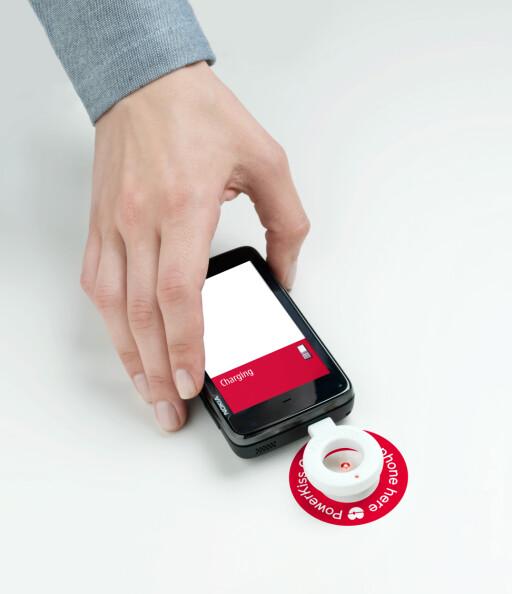 Sett en mottaker inn i mobilen, og legg den på bordet. Dermed ldes den uten en tråd... Foto: Kinnarps