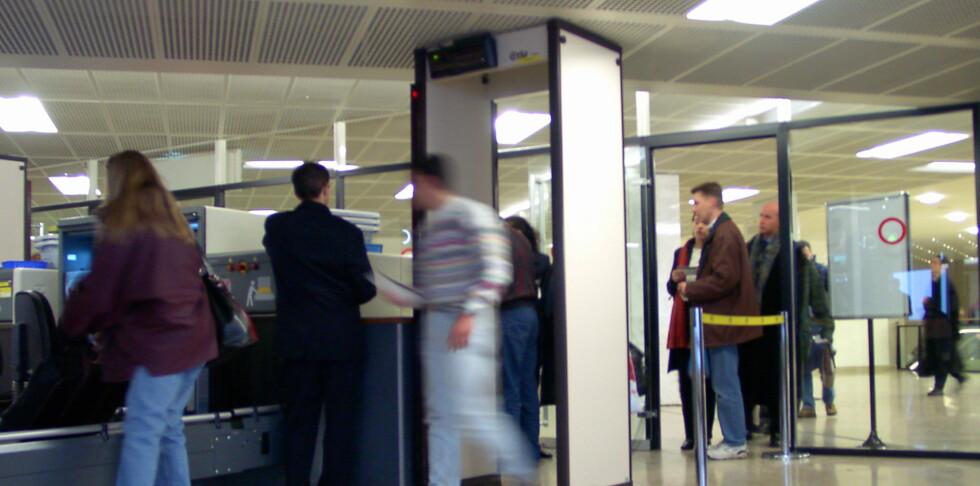 DET BLIR NOK LITT KØ: - Erfaringene fra Europa tyder på at kontrollene ikke fører til nevneverdig tidstap for passasjerene. Men i startfasen bør vi nok ta høyde for litt mer tid ved sikkerhetskontrollen, sier kommunikasjonsdirektør i Avinor, Ove Narvesen, i en pressemelding.  Foto: Colourbox.com