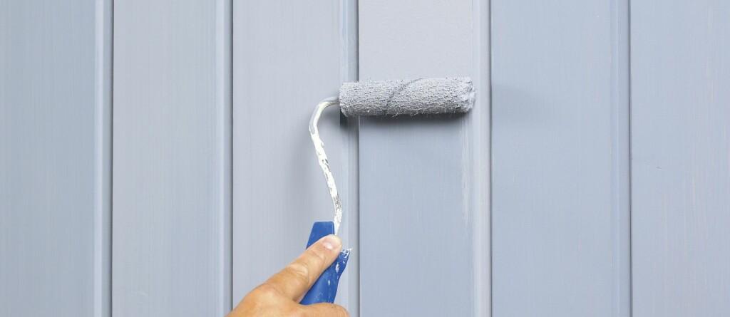 Påfør malingen på panelbordene med en liten rull, ikke pensel. Foto: Frode Larsen/Ifi.no