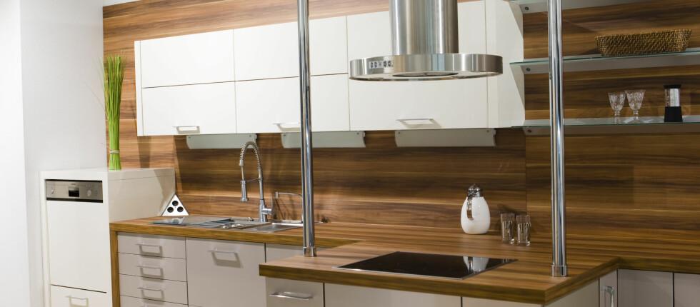IKKE BARE UTENPÅ: Fei gjerne støvet under teppet, men når det kommer til kjøkkenviften er det langt viktigere at den er ren inni - enn utenpå. Foto: Colourbox.com