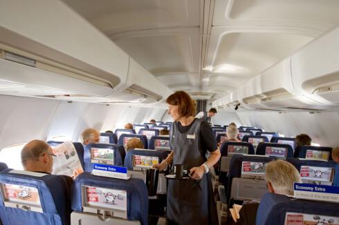 Du gjør lurt i å ta med eget lesestoff når du skal fly. Magasinene og brosjyrene som ligger i setelommen er nemlig ikke det reneste du kan ta i ... Foto: SAS