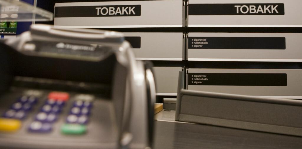 Antall personer som kjøpte tobakksprodukter i Norge gikk ned i 2010. Én av grunnene kan være at tobakken ble skjult bak disken fra 1. januar i fjor. Foto: Per Ervland