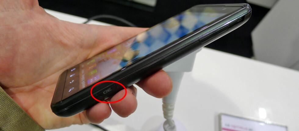 <strong><strong>3D-KNAPP:</strong></strong> Et trykk på knappen, og vips settes LG Optimus 3D i 3D-modus. Foto: Pål Joakim Olsen