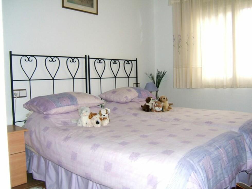Det finnes tre soverom, alle doble, og to bad. I tillegg kjøkken, stue og spisestue. Klimaanlegg er det også. Foto: Europahus
