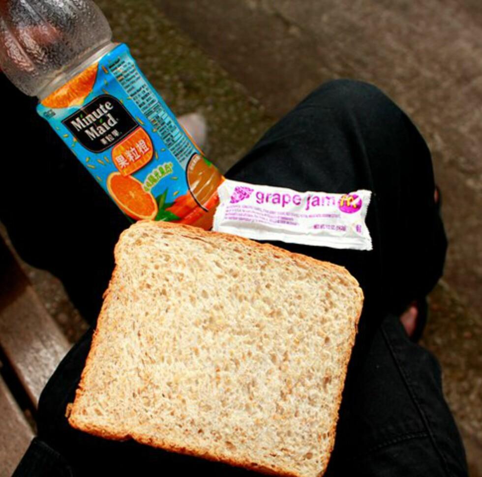 Et typisk måltid. Gratis brød fra Starbucks, druesyltetøy fra McDonalds og juice fra en bank. Foto: Maya Blix