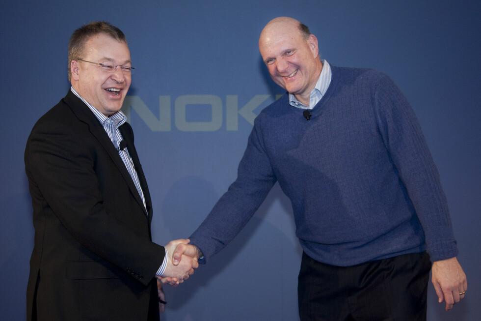 NOKIA VELGER SEG WINDOWS PHONE 7: Den finske mobilgiganten går til sengs med en annen teknologigikjempe - Microsoft. En svært fornøyd Nokia-sjef Stephen Elop til venstre, Microsoft-sjef Steve Ballmer til høyre. Foto: NOKIA
