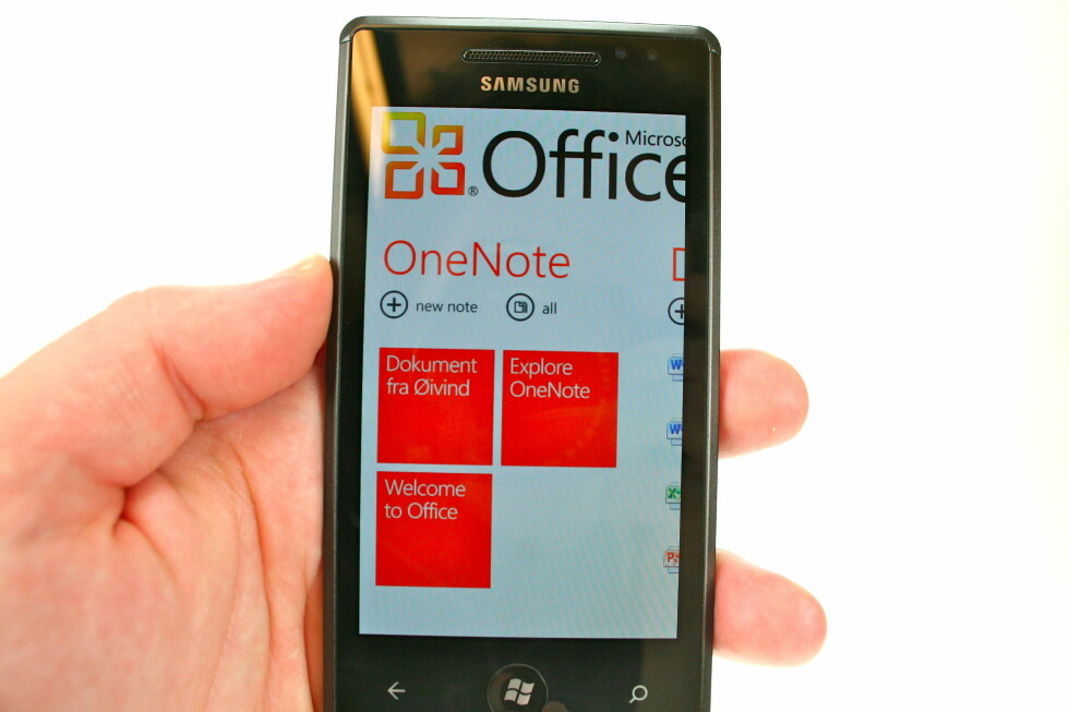 KONTORPAKKE: Når Microsoft lager operativsystem skulle det nesten bare mangle at ikke Office-pakken var involvert på et eller annet vis. Samsung Omnia 7 har selvfølgelig det lille, mobile kontoret ferdig installert. Foto: Øivind Idsø
