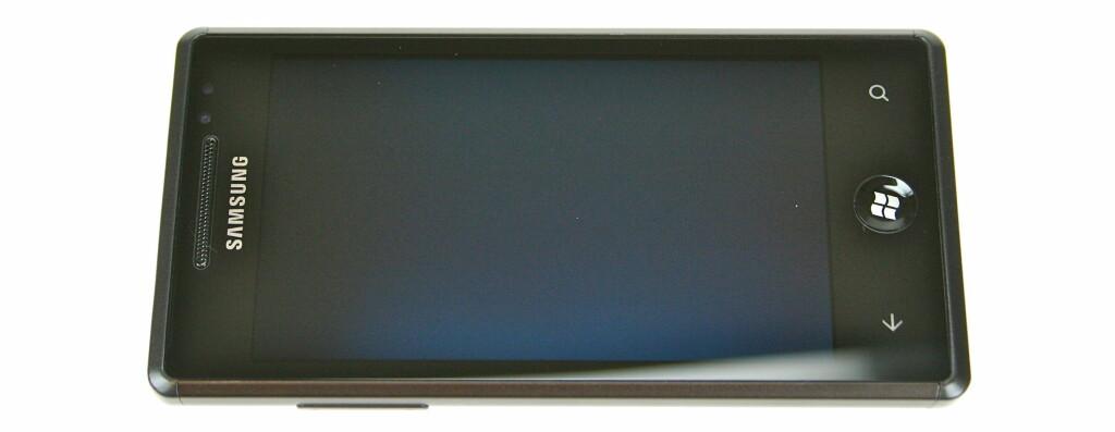 PENT NOK: Samsung Omnia 7 er ikke oppsiktsvekkende pen, men skjemmer seg på ingen måte ut. Foto: Øivind Idsø