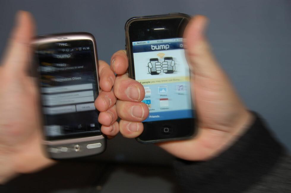 Med Bump kan man dunke telefonene i hverandre for å utveksle kontaktinformasjon. Foto: Øyvind Paulsen
