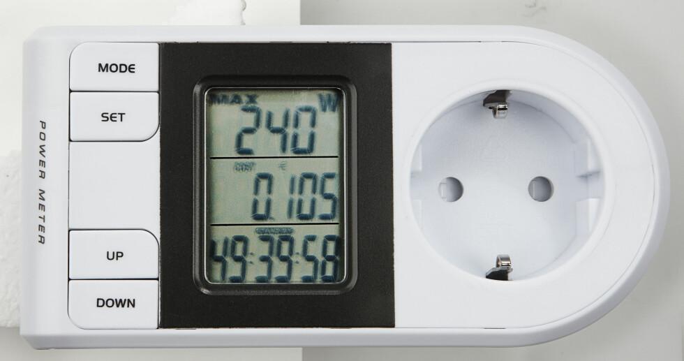 INNBLIKK I STRØMFORBRUKET: Energimåleren forteller deg hvor mye strøm et apparat faktisk bruker. Denne er fra Clas Ohlson. Foto: Clas Ohlson