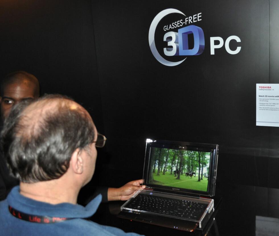 Toshiba demonstrerte en 3D-bærbar som ikke krevde briller. Teknikken virket imidlertid noe uferdig, og krevde blant annet at du satt i et mørkt rom. Foto: Bjørn Eirik Loftås