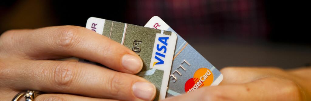 <b>Et fett?</b> Det er ikke bare logoen som skiller et Visa-kort og et MasterCard. Foto: Per Ervland