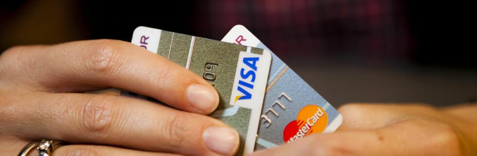 Et fett? Det er ikke bare logoen som skiller et Visa-kort og et MasterCard. Foto: Per Ervland