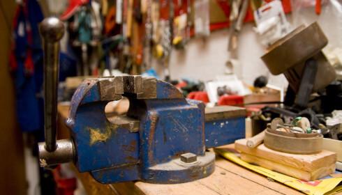 VERKSTED I GARASJEN: Istedenfor å isolere og varme opp en stor garasje, kan du isolere en liten del som du for eksempel kan bruke til verksted også vinterstid. Foto: Colourbox.com