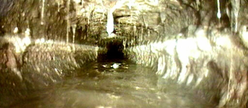 <b>Matfett har skylden</b> Når varmt fett avkjøles, stivner det og danner avleiringer på innsiden av avløpsrørene. Foto: Rørinspeksjon Norge
