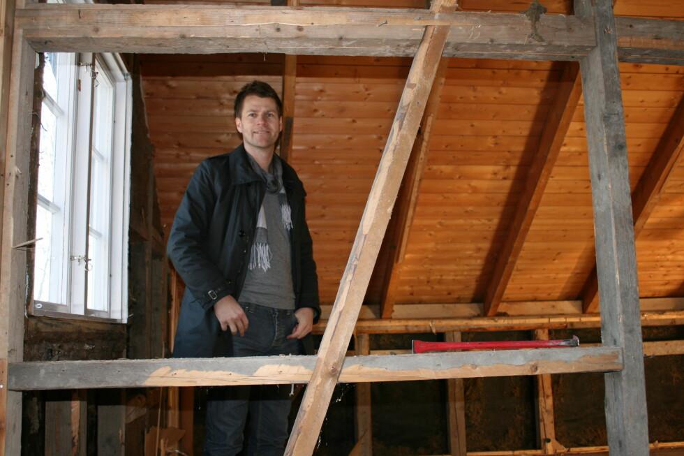 Svein Inge Leirgulen fant mer enn ett skjelett i veggen, da han fjernet panel og gammel isolasjon. Foto: Elisabeth Dalseg