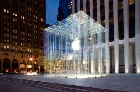 VANVITTIG HANDLEDAG: Det blir mest sannsynlig kaotiske tilstander under bakken hos Apple Store i New York i morgen. Foto: Apple