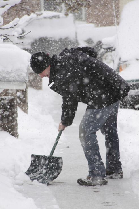 Manuell snømåking er tungt, og sliter på rygg, skuldre og armer. Foto: Finn.no