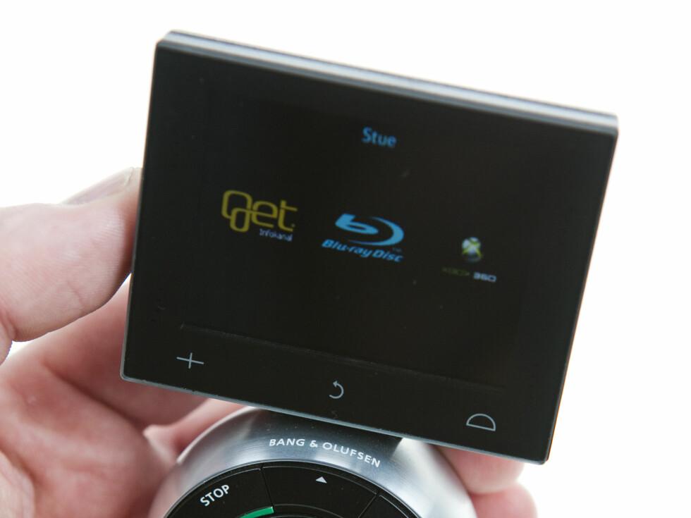 Beo5 har en liten trykkfølsom skjerm, den er ikke kapasativ og det gjør at du må trykke litt hardere enn f.eks på en iPhone. Her ser du startbildet vårt, der du velger om TV-en skal vise TV, Blu-ray eller Xbox. Foto: Per Ervland