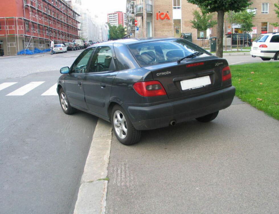 Her er det parkering på både fortau og i gangfelt. Foto: Trafikketaten